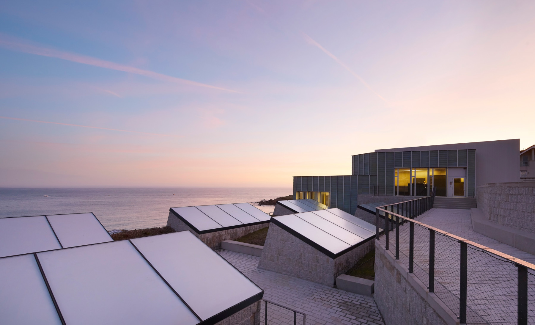 Jamie-fobert-architects-tate-st-ives-ceramic-rooflight-granite-beach-cornwall-sky-Hufton-Crow