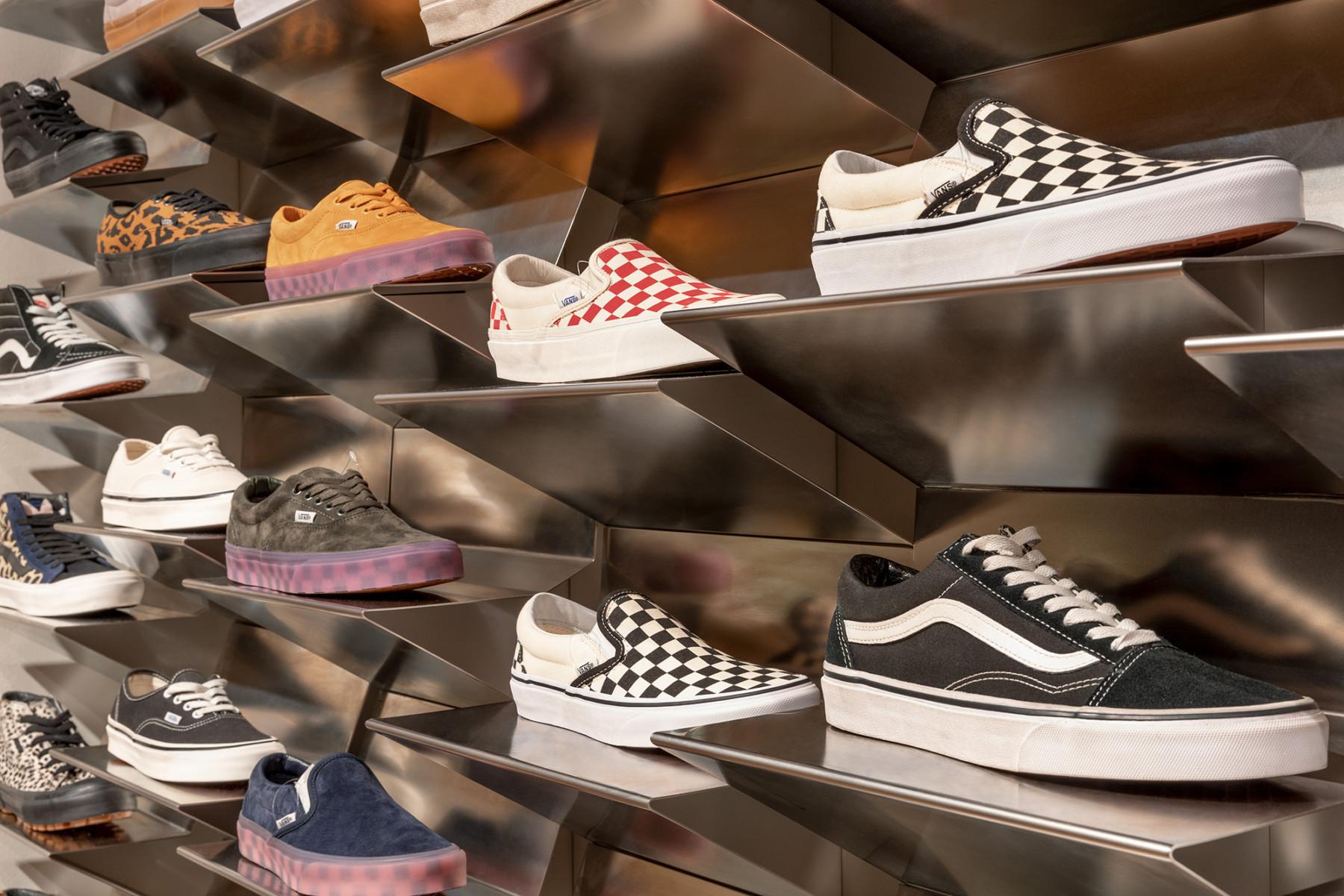 jamie-fobert-architects-selfridges-shoe-galleries-luxury-retail-concept-gallery-design-olivier-hess-photos-sneaker-wall4