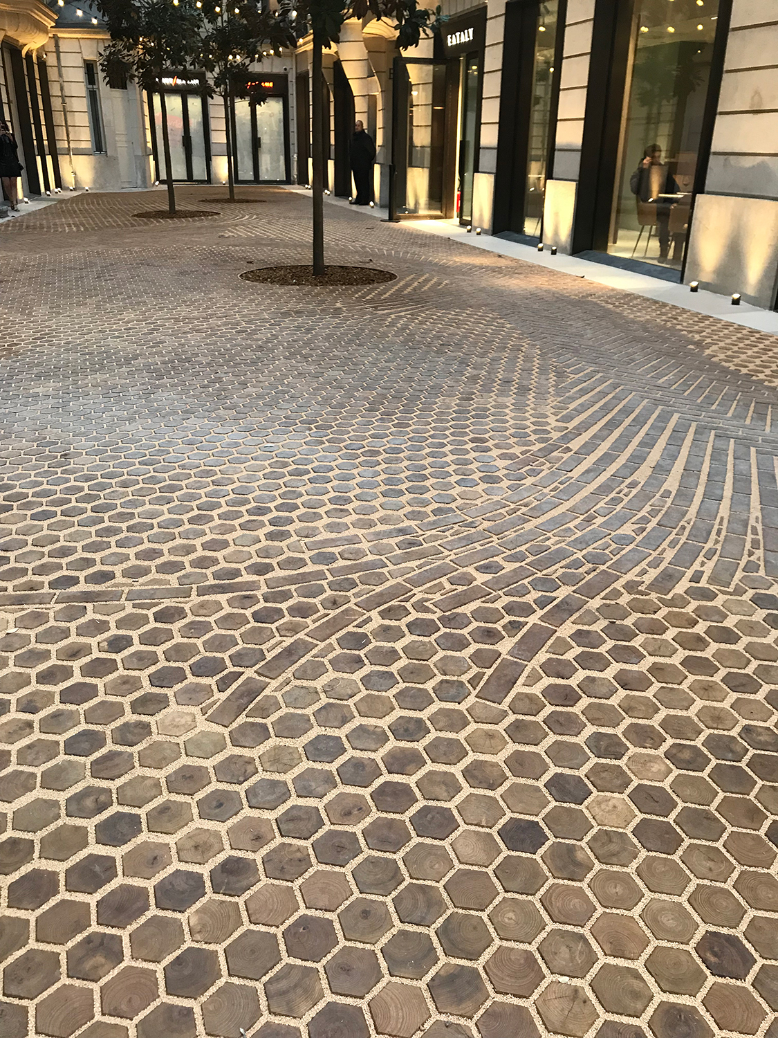 Les-Cours-de-BHV-Galeries-Lafayette-Paris-le-Marasi-retail-France-Hôtel-de-Ville-courtyard-shopping-Jamie-Fobert-Architects-wooden-floor-timber-paving