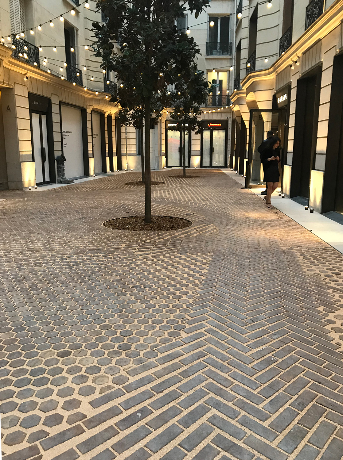 Les-Cours-de-BHV-Galeries-Lafayette-Paris-le-Marasi-retail-France-Hôtel-de-Ville-courtyard-shopping-Jamie-Fobert-Architects-wooden-floor-timber-paving (3)